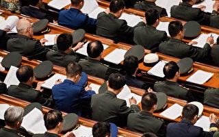 图为中共十九大代表在听习近平做工作报告。 (Etienne Oliveau/Getty Images)