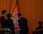 """""""十九大""""一开始,中共高层博弈更加激烈,新一届政治局常委到底有哪些人备受外界关注。 (FRED DUFOUR/AFP/Getty Images)"""