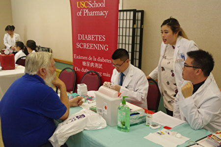 加州全保面臨新一年註冊,保費將上漲。圖為9月24日天普市舉辦的一個社區健康展。(劉菲/大紀元)
