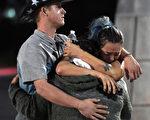 在2017年10月2日,在拉斯維加斯91號收穫鄉村音樂節槍擊案發生之後,人們在Thomas&Mack Center外面擁抱和哭泣。(Ethan Miller / Getty Images)