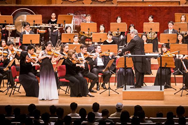 医学博士丸山修宽表示,古典音乐对老花眼有改善作用。图为神韵交响乐团演出。(陈柏州/大纪元)