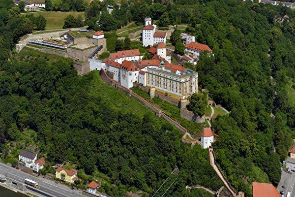 主教領地城堡(Veste Oberhaus)坐落在多瑙河左岸的聖喬治山上,高出多瑙河和伊爾茨河的河谷105米,俯瞰多瑙河對岸的帕紹老城。(帕紹旅遊局提供)