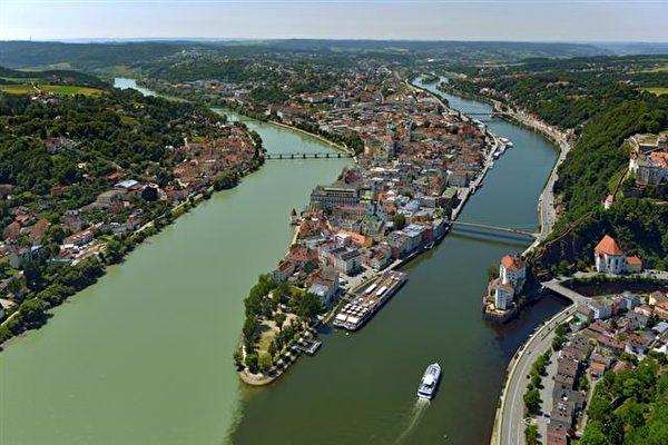 古城帕紹三河交匯的奇景,從左至右為因河(Inn)藍色多瑙河(Donau)、伊爾茨河(ILS)。(帕紹旅遊局提供)