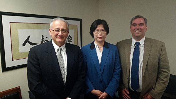 台湾法轮功人权律师团发言人朱婉琪律师(中)与反强摘器官医生组织执行长Torsten Trey(右)、CECC副主任Paul Protic(左)合影。(朱婉琪提供)