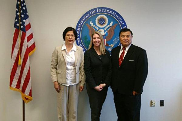 台湾法轮功人权律师团发言人朱婉琪律师(左)与美国国际宗教自由委员会政策高级专员Tina Mufford(中)、天主教大学机械系主任聂森教授(右)合影。(朱婉琪提供)