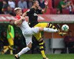 德甲第7轮,多特蒙德2:1险胜奥格斯堡,继续领跑积分榜。图为两队球员在比赛中拼抢瞬间。(CHRISTOF STACHE/AFP/Getty Images)