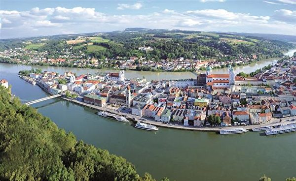 坐觀光船漫遊多瑙河。(帕紹旅遊局提供)