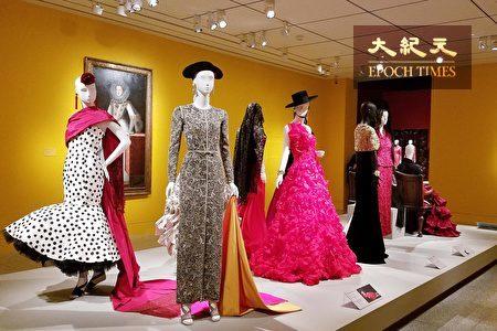 """10月8日,""""奥斯卡·德拉伦塔华丽与浪漫""""时装展(The Glamour and Romance of Oscar de la Renta)在休斯顿美术馆开幕,展出近80件奢华高雅、风情万种的华服。(易永琦/大纪元)"""