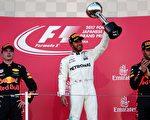 F1日本站,梅賽德斯英國車手漢密爾頓(中)奪得冠軍,紅牛車隊的維斯塔潘(左)和里卡多(右)雙上領獎台,分列第二和第三。 (BEHROUZ MEHRI/AFP/Getty Images)
