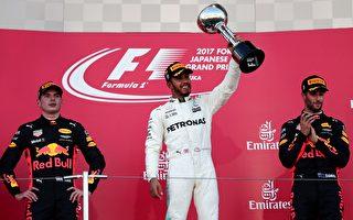F1日本站,梅赛德斯英国车手汉密尔顿(中)夺得冠军,红牛车队的维斯塔潘(左)和里卡多(右)双上领奖台,分列第二和第三。 (BEHROUZ MEHRI/AFP/Getty Images)