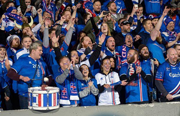 数万冰岛球迷见证了自己国家队创造历史的一刻。 (HARALDUR GUDJONSSON/AFP/Getty Images)
