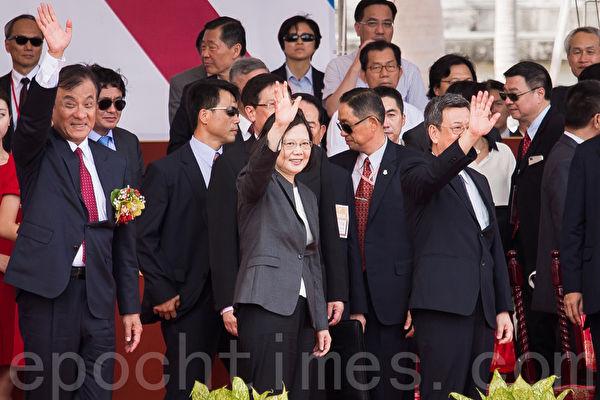 总统蔡英文(前中)10日发表国庆演说,她呼吁两岸领导人应共同努力,共同寻求两岸互动新模式之外,也承诺政府要用尽全力,捍卫台湾民主自由的价值跟生活方式。(陈柏州/大纪元)