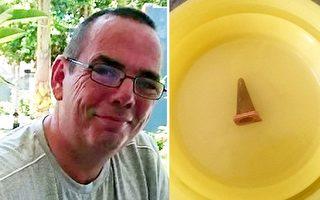 這個橙色小東西,就是醫生當初以爲的腫瘤,從肺取出後,大家都笑起來了。(FB: Paul Baxter/大紀元合成 )