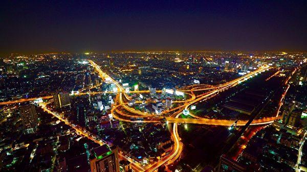 泰国大城市曼谷的生活步调非常快速,许多从乡村到都市的青年都过着相当困苦的日子。(Pixabay)