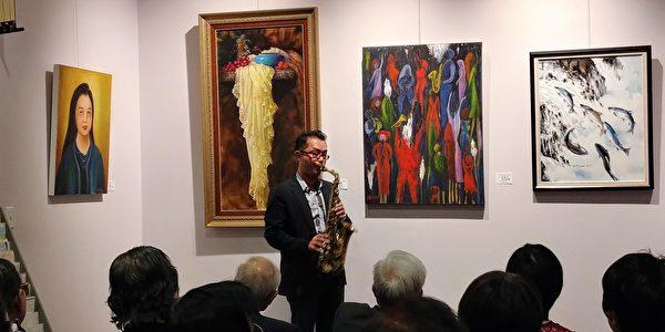 图:加西台湾艺术家协会联展上,萨克斯风高手Jeff Chen正在表演。 (邱晨/大纪元)
