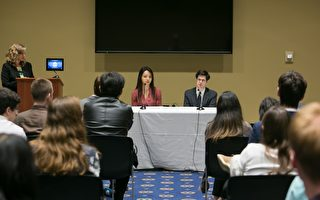 10月16日,林耶凡和人權法律基金會研究員羅宇在美國國會瑞本大樓舉辦的《血刃》放映會上回答觀眾提問。(李莎/大紀元)
