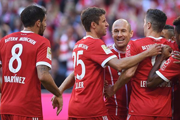 海因克斯出任新帅之后,拜仁球员的状态明显改善,本轮在主场5球大胜弗赖堡。(Bongarts/Getty Images)