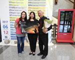 """音乐家谢北光(右)于10月15日下午在嘉义县表演艺术中心演艺厅,举办一场感恩音乐会-""""谢北光小号独奏会"""",会后与节目主持人、他的女儿(中)及钢琴伴奏王钰婷(左)合影。(蔡上海/大纪元)"""