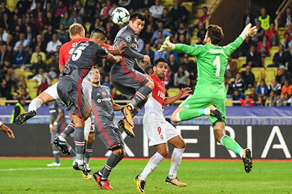土耳其劲旅贝西克塔斯在主场2:1击败摩纳哥。图为双方球员拼抢瞬间。 (BORIS HORVAT/AFP/Getty Images)