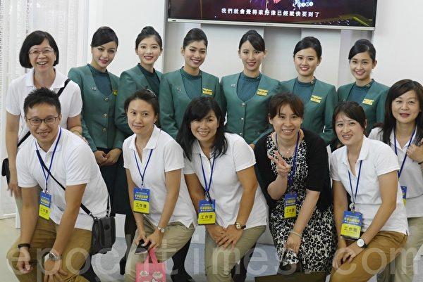 旅展抢客,航空公司大打空姐牌。(方金媛/大纪元)