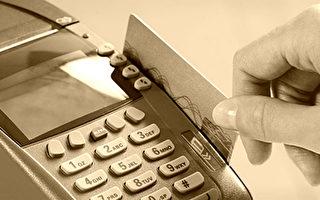 老婦人購物刷卡被拒 身後男子問收銀員的問題被讚爆