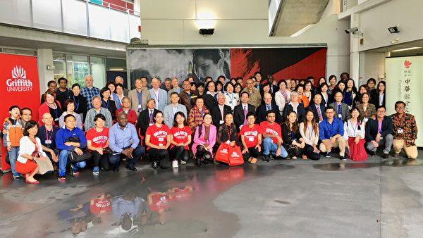 台北经济文化办事处洪振荣处长(中)与Griffith University 教授。(倪尔森/大纪元)