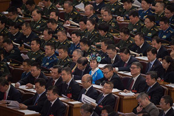 十九大18日召开,中国知名旅美作家陈破空指出,这次中共的政治老人倾巢而出、四代同堂,形成表面上的团结,实是掩盖内部分裂。(AFP)