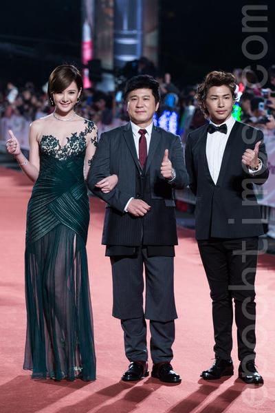 图为2013年第48届金钟奖颁奖典礼现场,胡瓜、典礼主持人欧汉声(右)及安心亚(左)一起走红地毯。(陈柏州/大纪元资料照)