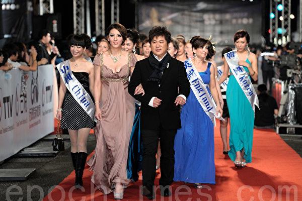 2010年的金钟奖颁奖典礼中,胡瓜挽著女儿小祯和众多新住民姐妹一起入场(摄影:宋碧龙/大纪元)
