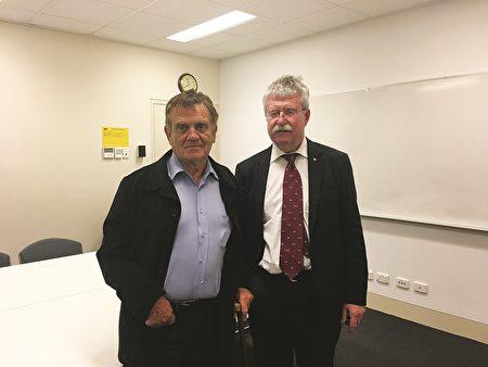 教育培训公司创办人班侬(Ron Bannon)先生(左)和澳洲军方资深的矫形外科医生艾特金森准将(Brigadier Rob Atkinson)参加了当晚的首映式。(刘珍/大纪元)