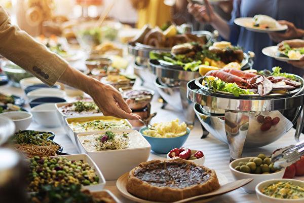 吃到饱自助餐,想要吃够本有攻略可循。(shutterstock)