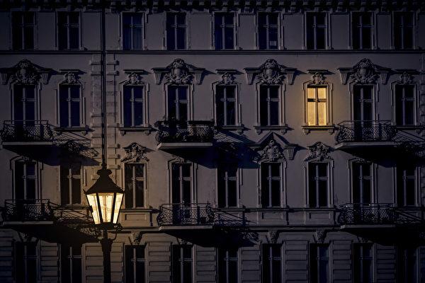 唯一亮著的窗戶。(shutterstock)