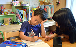 孩子在公共空間唸書好嗎?看看日本父母這麼做的理由。(YOSHIKAZU TSUNO/AFP/Getty Images)