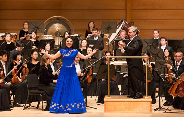 神韻交響樂團女高音耿浩藍在華府近郊斯特拉斯莫爾音樂中心演唱。(李莎/大紀元)