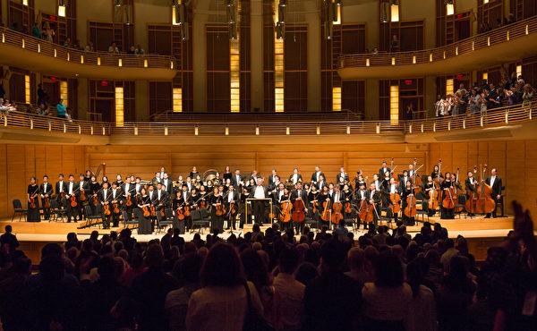 神韻交響樂團在華府近郊斯特拉斯莫爾音樂中心的演出,獲熱烈反響,觀眾長時間起立鼓掌,最後以三首安可曲謝幕。(李莎/大紀元)