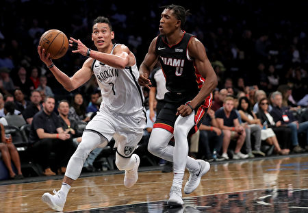 NBA新賽季揭幕戰,林書豪一次突破上籃中,膝蓋髕骨韌帶斷裂,造成本賽季徹底報銷。 (Abbie Parr/Getty Images)