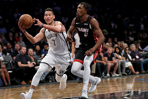 NBA新赛季揭幕战,林书豪一次突破上篮中,膝盖髌骨韧带断裂,造成本赛季彻底报销。 (Abbie Parr/Getty Images)
