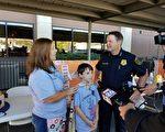圖:休斯頓警察局執行副局長Matt Slinkard向Tyler和他的媽媽表示感謝。(易永琦/大紀元)