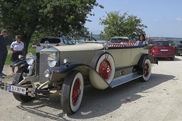 在Fahr(t)raum保時捷體驗世界,遊客可以全方位接觸這些經典汽車,甚至可以乘坐由司機駕駛的原版老爺車出去兜風。(黃芩/大紀元)