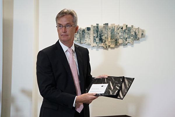 澳洲新州教育局(NESA)执行长(CEO)卡瓦略(David de Carvalho)考试当天早上开启试卷。(燕楠/大纪元)