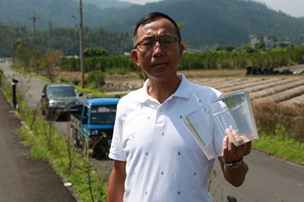 三星乡长黄锡墉展示已遭多次破坏庭园夜灯。(曾汉东/大纪元)
