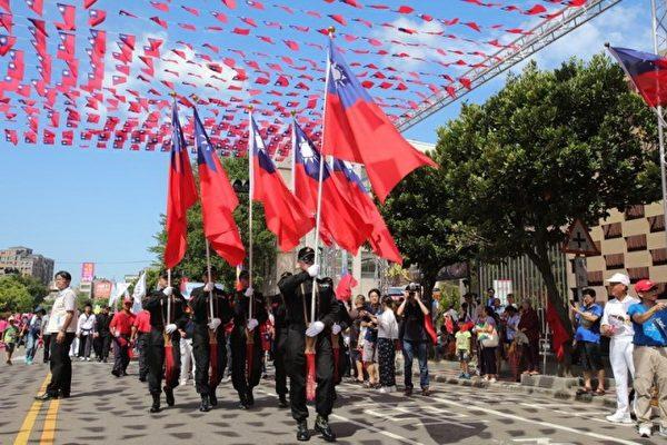 竹縣國慶遊行:掌大旗隊伍。(新竹縣政府提供)