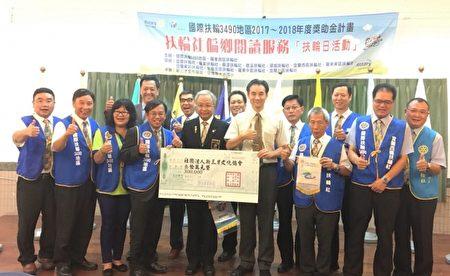 中左謝漢池總監,中右新三才文化協會許凱雄理事長。(張麗芳/大紀元)