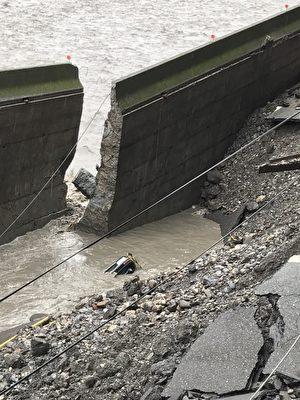 台七線牛鬥橋段85-92k處 路基被掏空。(宜蘭縣政府提供)