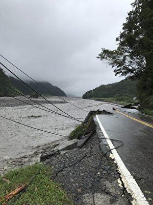 蘭陽溪水暴漲 路基被沖刷。(宜蘭縣政府提供)