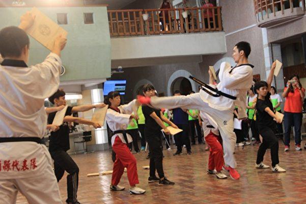 宜兰县跆拳道代表队精湛演出。(谢月琴/大纪元)
