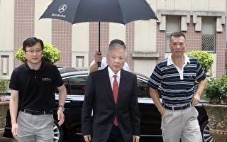 永丰金弊案17日在台北地方法院首度开庭,前董事长何 寿川(中)出庭应讯。(中央社/提供)