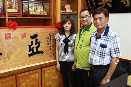 茶农林月惠(左)与冬山乡乡长谢灿辉(中)、冬山乡民代表。(曾汉东/大纪元)