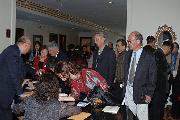台大校友参加2016年台湾大学校友会年会餐会。(李彦辉提供)