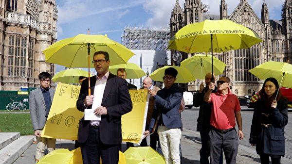2017年9月28日,英国议会大厦前,罗杰斯在香港雨伞运动三周年集会上发言。(舒雅/大纪元)